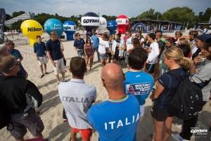 La comisión de regatas deliberando el cierre del campeonato mundial por falta de viento
