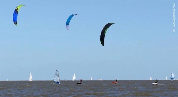 """Los barriletes """"Parafoil"""" permiten navegada en muy poco viento"""