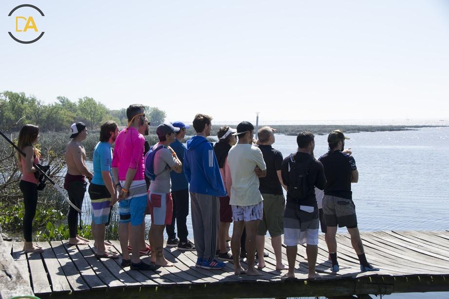 varios de los competidores buscando las boyas y mirando las condiciones