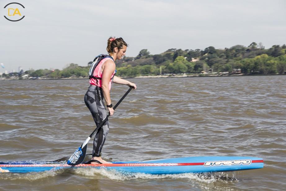 Nadia , buscando planear con las olitas del rio de la Plata